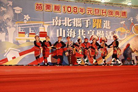 原民山风乐舞团带来欢乐歌舞乐曲,揭开序幕。