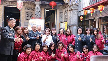 鳳凰志工隊與市長黃敏惠合照。