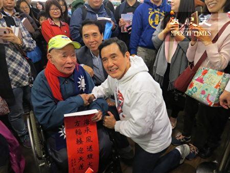 前總統馬英九(中)到中壢墊腳石書局辦「八年執政回憶錄」一書簽書會,90歲榮民開心捧場。