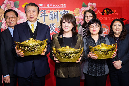 遠東SOGO董事長黃晴雯(中)17日率各單位主管出席SOGO歲末福袋記者會,並表示今年業績目標要挑戰466億元。