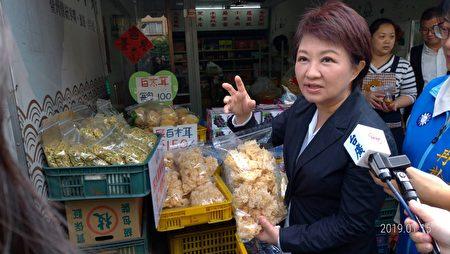 结束市政会议,卢秀燕前往谷关温泉广场视察,沿途与商家互动、品尝与推广盛产中的农产。