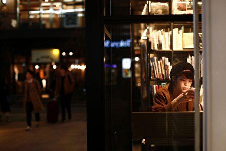 2017年3月8日,女孩在东京目黑区的书店里使用手机。书店示意图。