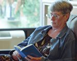 """芭芭拉说:""""书里讲的内容回答了我所有的问题,我当下就知道这是我寻找的人生答案,解答了我现实中经历的因缘,我就像是醒过来了一样。""""这本书是《转法轮》。(视频截图)"""