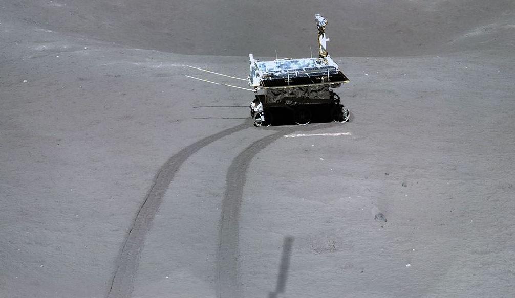 中共登月照片現神秘「粉筆線」 被質疑造假