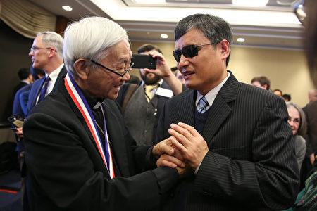 陳日君與維權律師陳光誠在頒獎典禮上。陳光誠曾在2015年獲得杜魯門-列根自由獎章。(Samira Bouaou/大紀元)