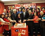圖:嘉賓圍繞新年大蛋糕迎新年獻祝福。(加拿大多元文化中心提供)