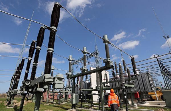 電磁脈衝攻擊會重創電網並造成斷電。圖為2018年7月27日,德國本特維施(Bentwisch)的一處輸電設施。(BERND WUESTNECK/AFP/Getty Images)