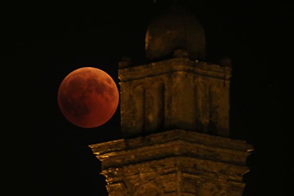 根據《國家地理》雜誌的報道,月全食將於美國東海岸午夜前開始,西海岸晚上9點前開始,月全食將持續約一個小時,北美和南美屬於最佳觀測地區。而整個月全食事件將持續3.5小時。(PASCAL POCHARD-CASABIANCA/AFP/Getty Images)
