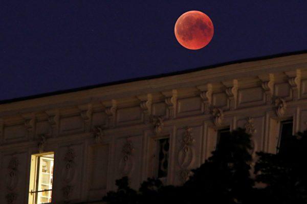整個西半球的人們將能夠看到全部或部份月食。北美、中美洲和南美洲將會看到這個罕見的天文奇景的全部過程。(DAVID GANNON/AFP/Getty Images)