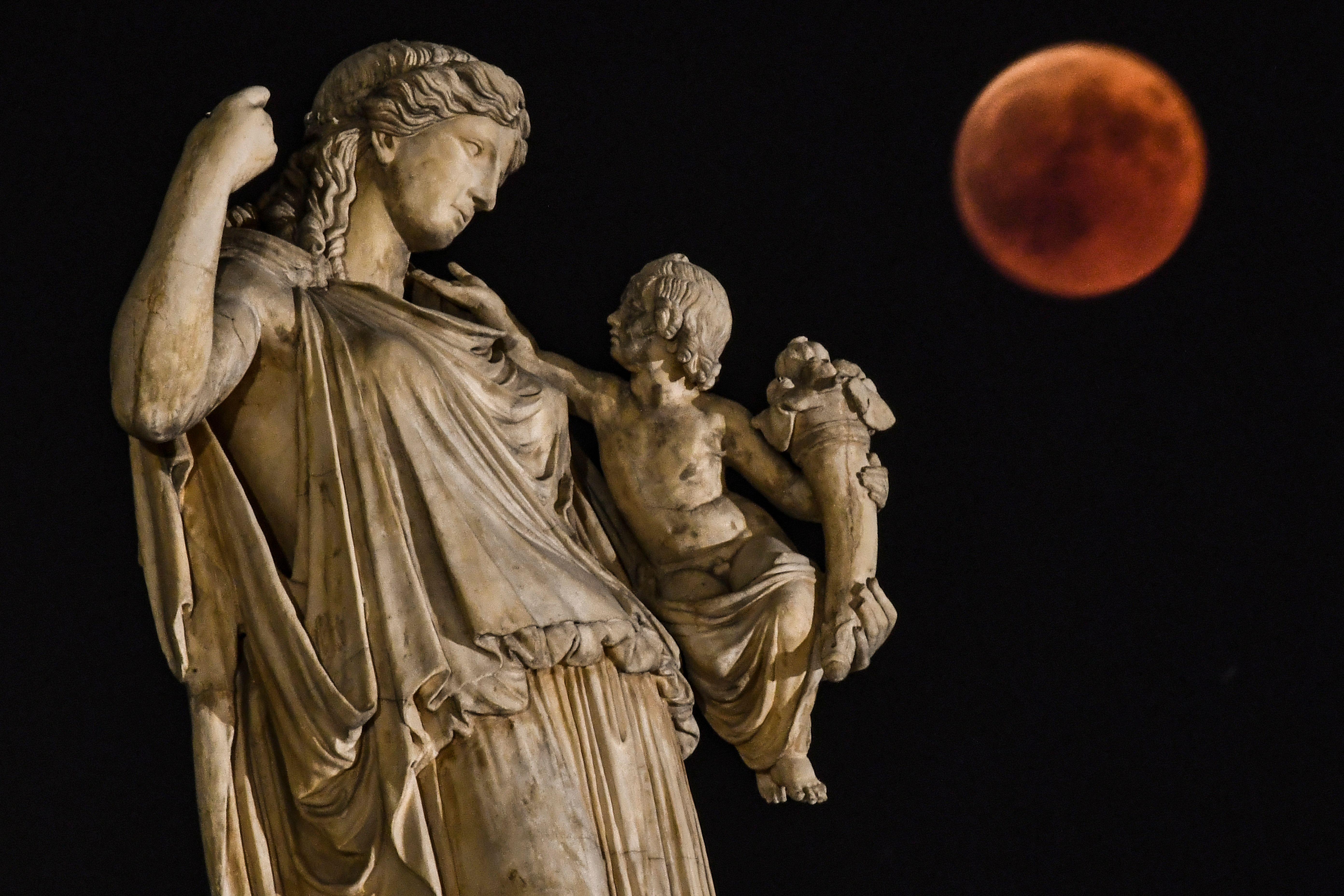 圖為2018年7月27日,在希臘雅典拍攝到的「血月」。(ARIS MESSINIS/AFP/Getty Images)