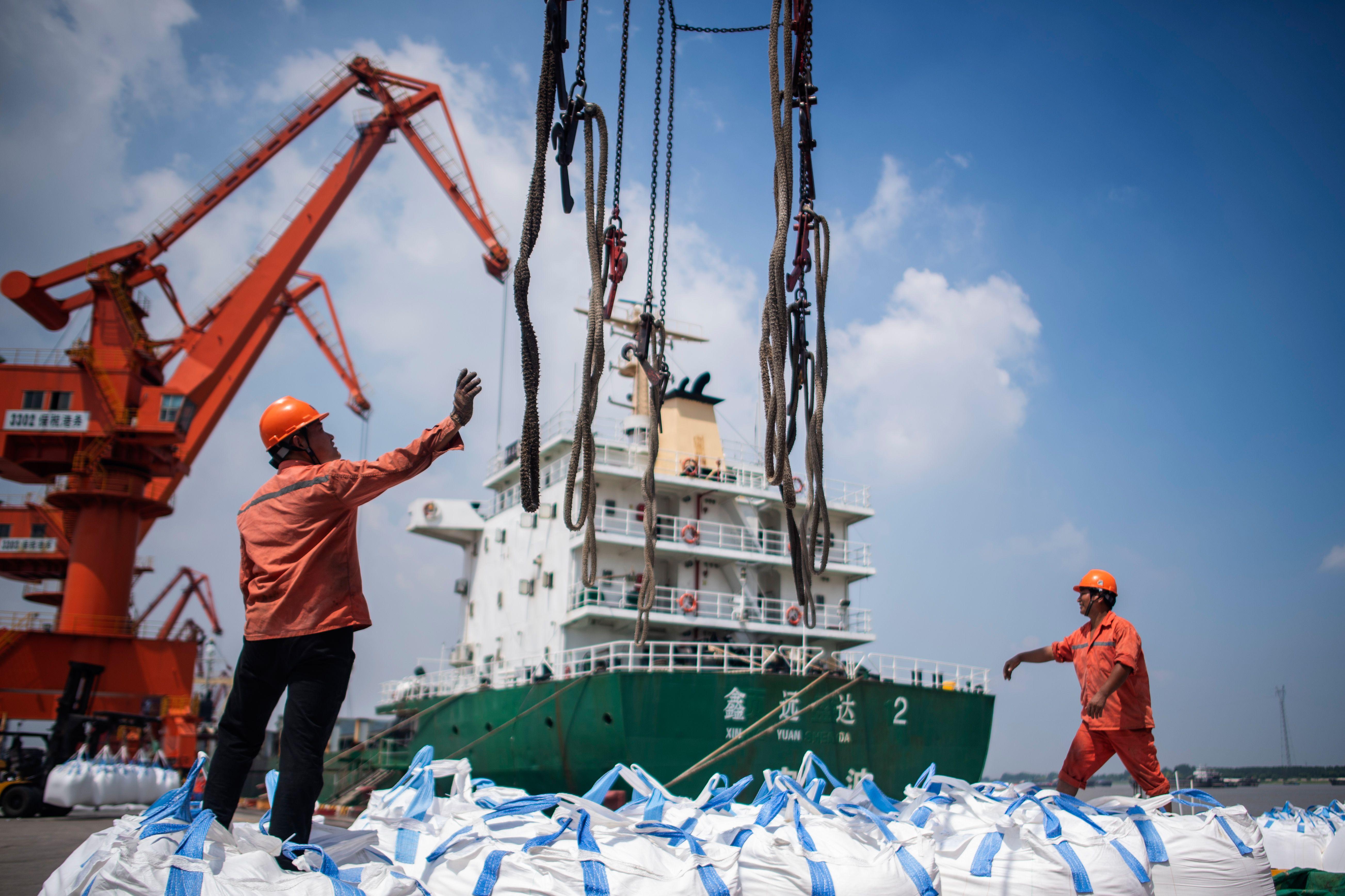 中共官方資料顯示,中國去年12月的出口額創兩年來新低,這被視為經濟進一步衰退的跡象。圖為2018年8月7日,大陸江蘇省張家港市的港口工人在卸貨。(JOHANNES EISELE/AFP/Getty Images)