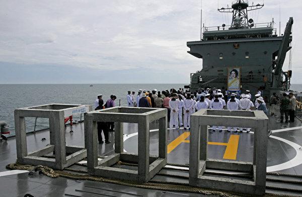 泰國皇家海軍唯一的航空母艦將與另外兩艘艦艇一起,參與協助救援和賑災行動。(Photo credit MADAREE TOHLALA/AFP/Getty Images)