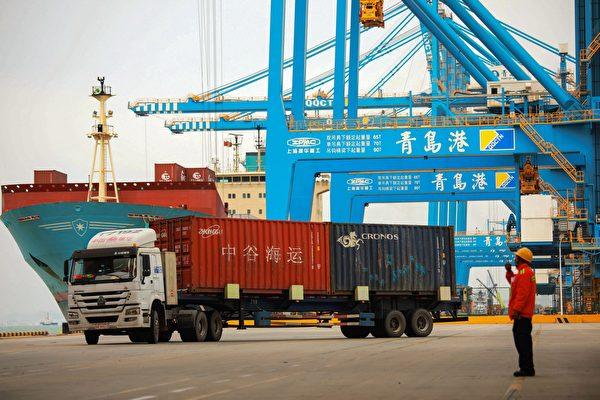 作為普通民眾,美國人可以採取另一個措施來阻止中國(中共)在拉丁美洲和世界各地的日益擴張,那就是支持美國企業。圖為青島一港口。(STR/AFP/Getty Images)