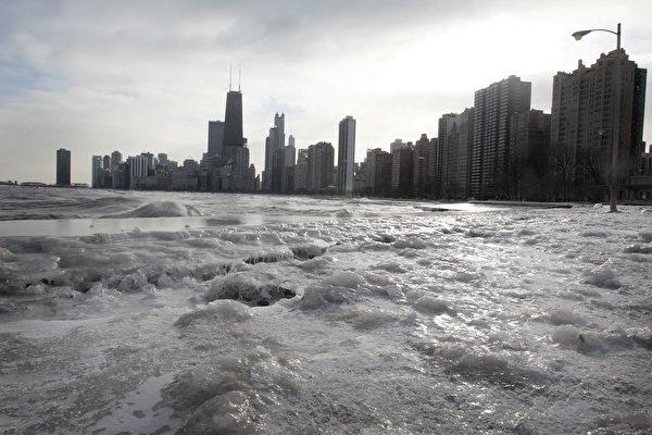 寒流使中西部陷入停滯狀態。圖為密歇根湖(Lake of Michigan)。(Scott Olson/Getty Images)