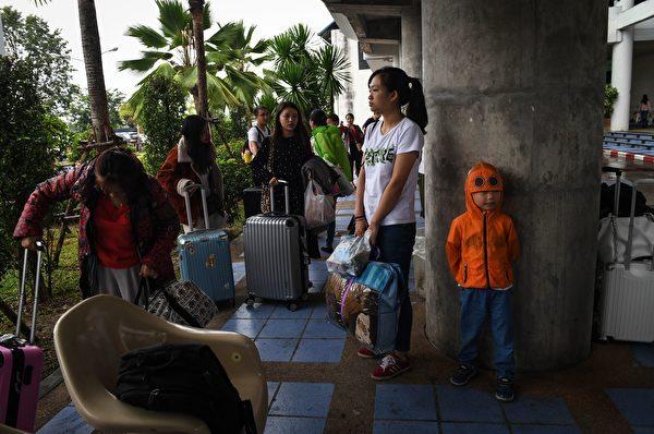 滯留島上的遊客感到一籌莫展,不知何時能離開。(Photo credit LILLIAN SUWANRUMPHA/AFP/Getty Images)