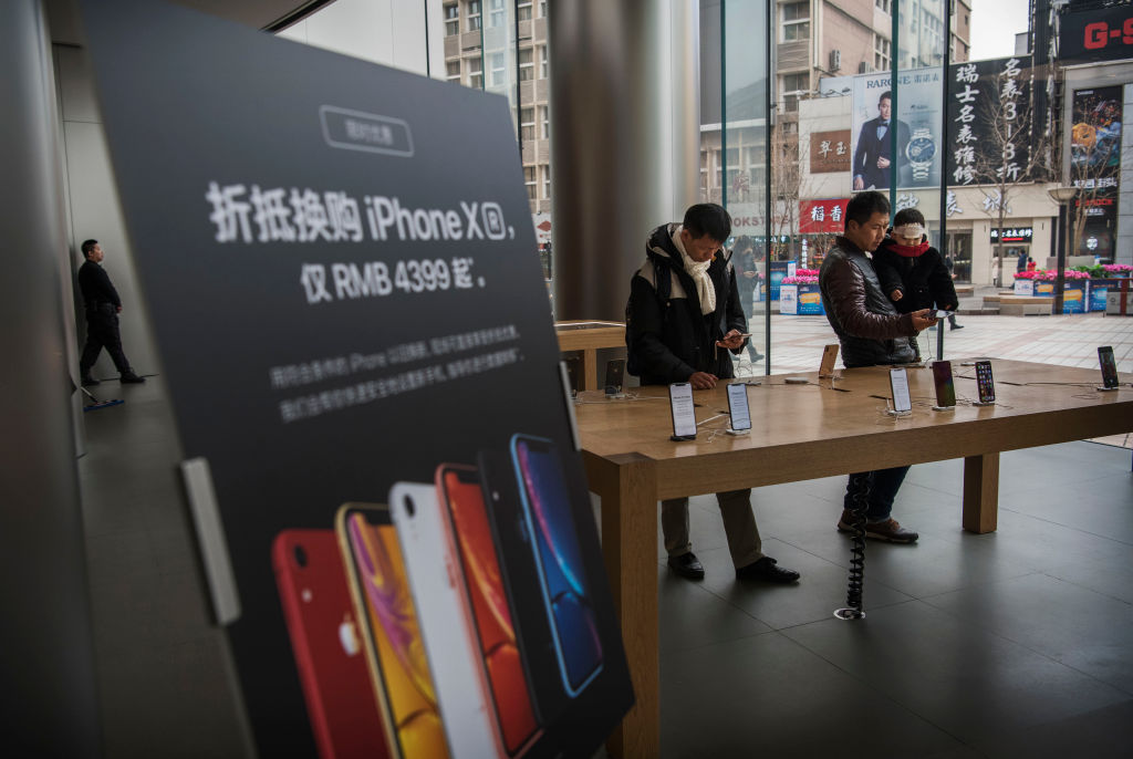 由於中國經濟在放緩,iPhone在中國全面降價。圖為1月7日,北京的一家蘋果手機店。(Kevin Frayer/Getty Images)