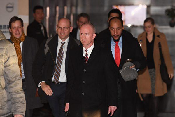 周二美国代表团离开酒店前往谈判会场。