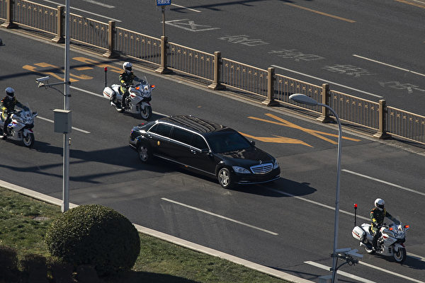 1月8日,金正恩的車隊出現在北京街頭。 (NICOLAS ASFOURI/AFP/Getty Images)