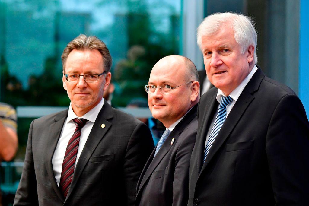 1月8日,德國內政部長西霍夫(右),德國聯邦刑警辦公室(BKA)主席Holger Muench(左)和德國聯邦信息安全局局長Arne Schoenbohm就個資洩露事件共同舉行記者招待會。(TOBIAS SCHWARZ/AFP/Getty Images)