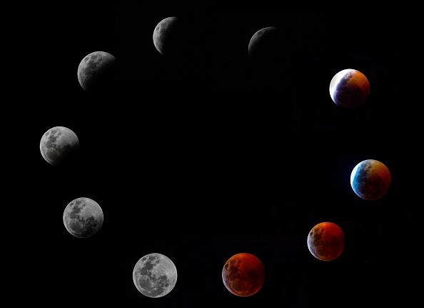 這張合成圖片顯示了2019年1月20日在巴拿馬城的「超級血狼月」的整個月全食階段。(LUIS ACOSTA / AFP / Getty Images)