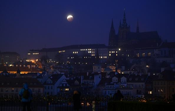 圖為2019年1月21日,三大天文奇觀合一的「超級血狼月」登場,在捷克首都布拉格的月蝕期間,月亮從地球陰影穿過。(MICHAL CIZEK/AFP/Getty Images)