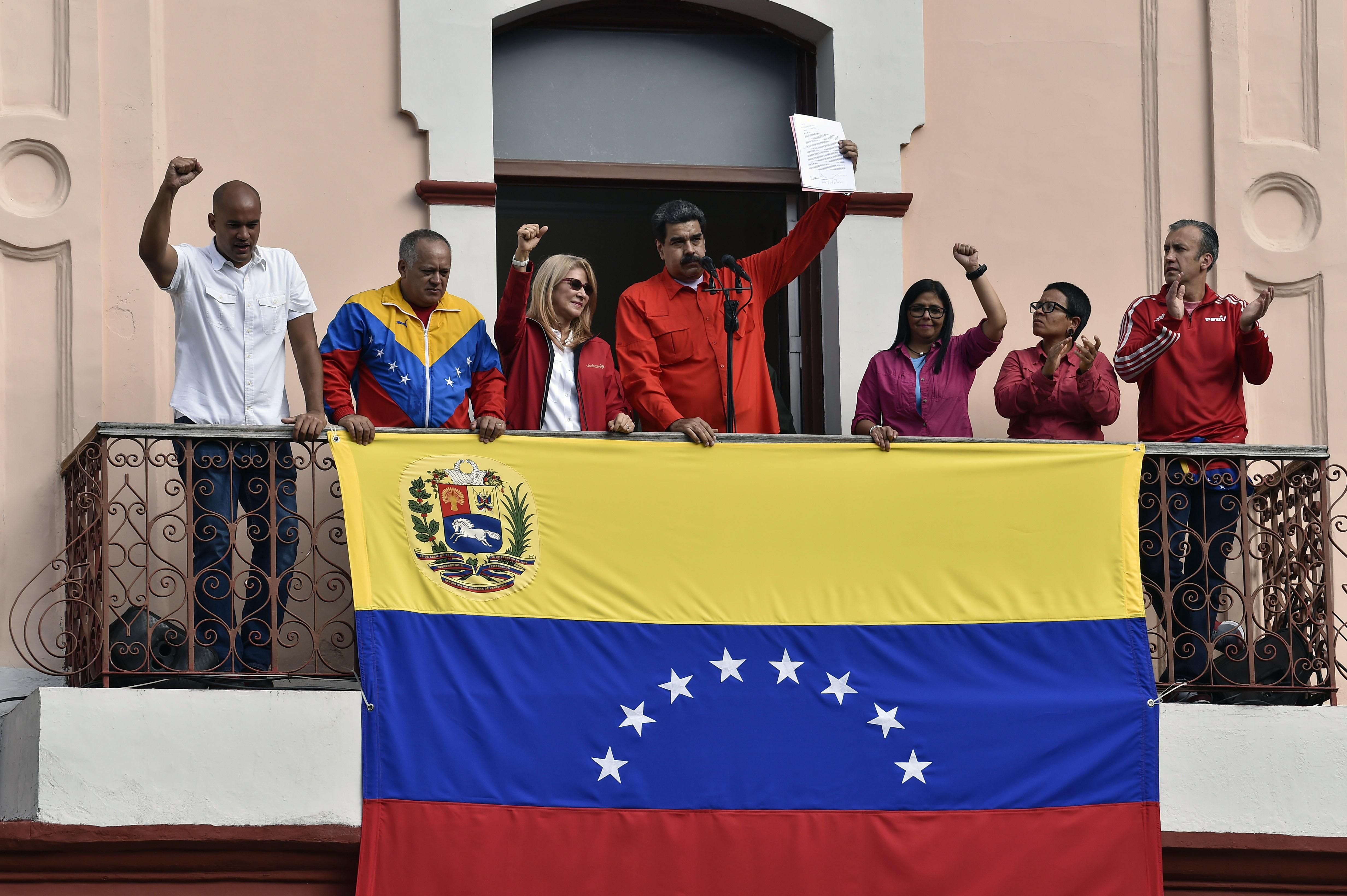 圖為1月23日委內瑞拉現任總統尼古拉斯·馬杜羅(Nicolas Maduro)出現在總統府的一個陽台上,對外發表演講,支持者甚少。(Luis ROBAYO / AFP/Getty Images)