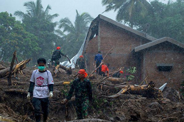印尼遭泥石流襲擊後,救援者在1月25日尋找生還者。(YUSUF WAHIL/AFP/Getty Images)