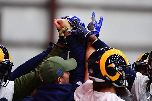 洛杉磯公羊隊(the Los Angeles Rams )成員在進行超級碗賽前訓練。(Scott Cunningham/Getty Images)
