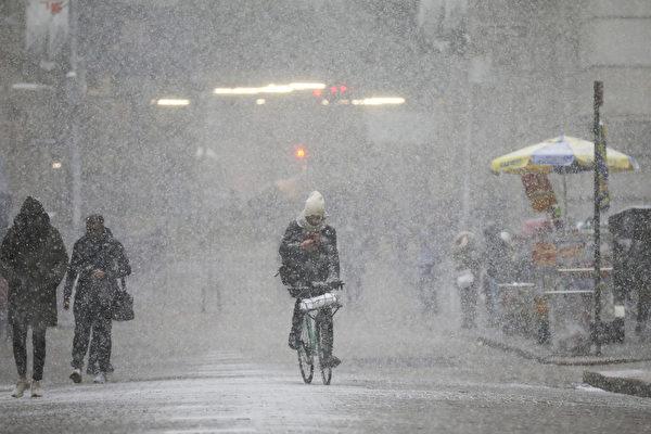 這股極端冷空氣的下一個目標是達科他州到紐約州西部,那裏將是白茫茫的一片。圖為紐約。(Drew Angerer/Getty Images)
