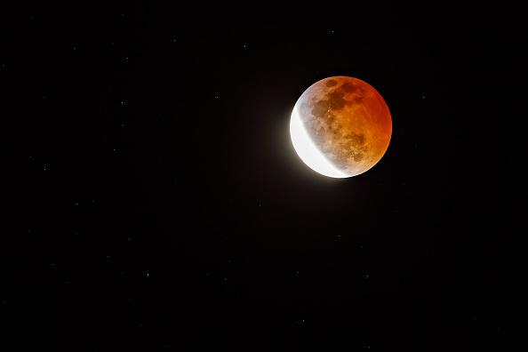 圖為2019年1月20日晚上,三大天文奇觀合一的「超級血狼月」登場,在美國加利福尼亞州地區出現的「超級血月」。(Rich Polk/Getty Images)