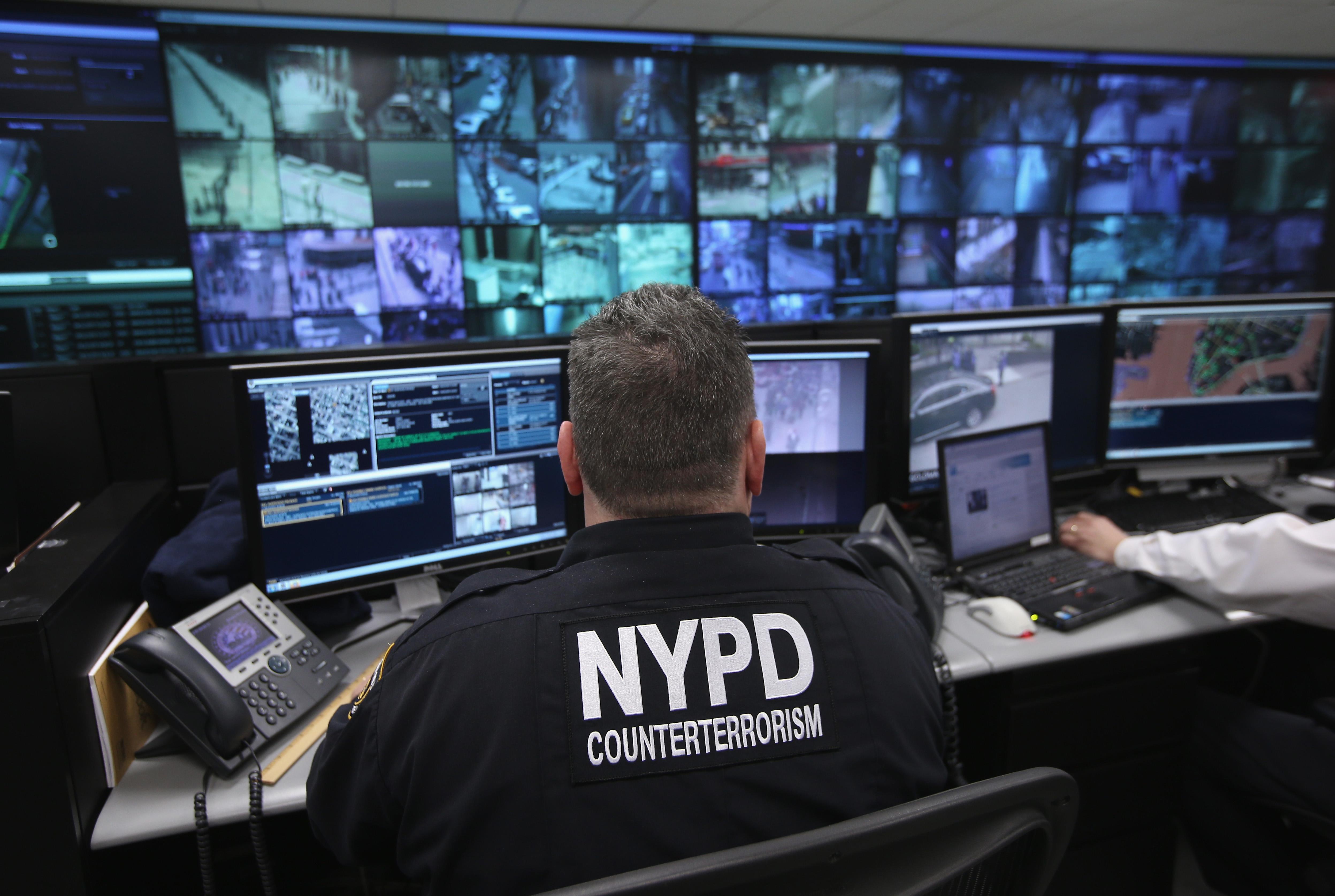 圖為2013年紐約市反恐中心內,警察和安保人員實時監控金融區和曼哈頓下城周邊地區的4000多個監控錄像頭,這套監控系統以倫敦的「鋼鐵之環」系統為藍本。(John Moore/Getty Images)