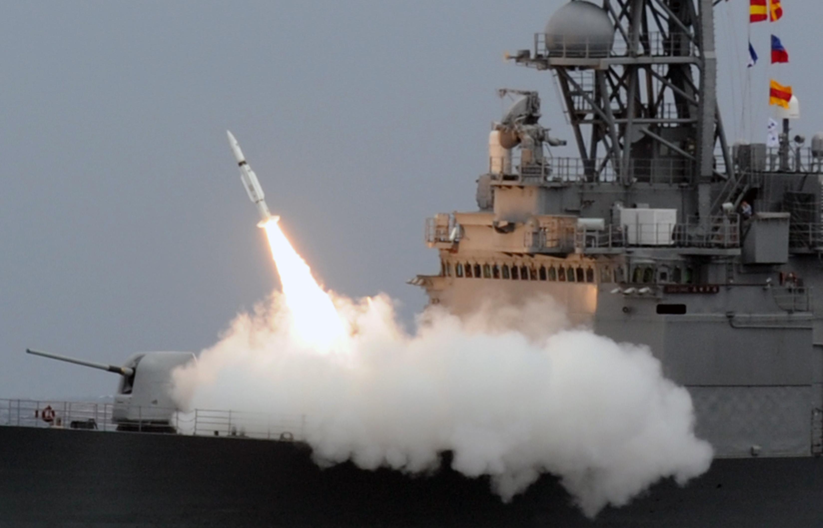 針對中共的武統台灣威脅,美國白宮國安會發言人馬奇斯(Garrett Marquis)發推文表示拒絕接受。圖為2013年9月26日,台灣一艘驅逐艦發射導彈。(SAM YEH/AFP/Getty Images)