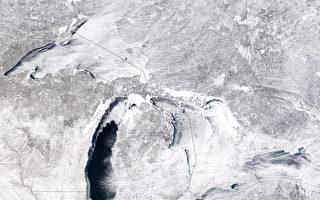 组图:冬季风暴侵袭 北美伊利湖变外星世界