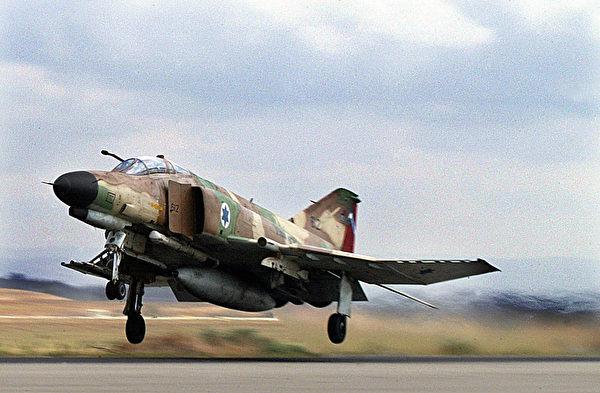 2003年10月27日,以色列一架幽靈戰機從一處空軍基地起飛。(YOAV LEMMER/AFP/Getty Images)