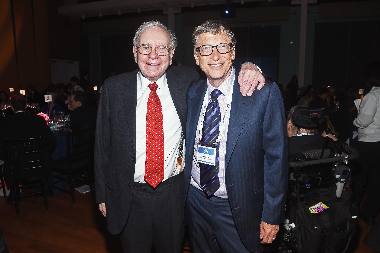 知名投資專家沃倫·巴菲特(Warren Buffett,圖左),是全球三大首富之一,對於成功有著與眾不同的定義衡量標準,另一位富豪微軟創辦人蓋茨(Bill Gates)稱讚:這是最棒的方法。圖為巴菲特及蓋茲在2015年在紐約市參加福布斯的慈善活動。(Dimitrios Kambouris/Getty Images)