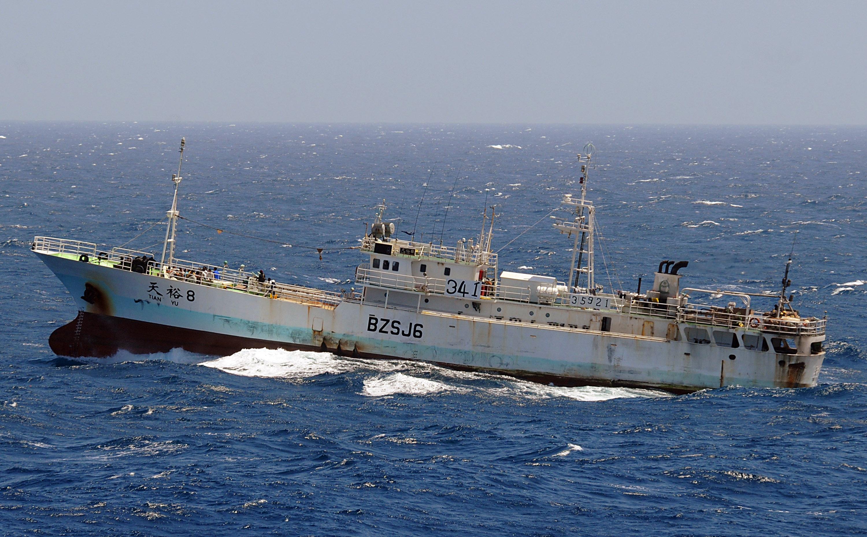 美軍網站Dialogo表示,大量中國漁船四處掠奪海洋資源,加速海洋生物的滅絕。圖為2008年11月17日,一艘航行於印度洋的中國漁船遭海盜劫持。(Jason R. Zalasky/U.S. Navy via Getty Images)