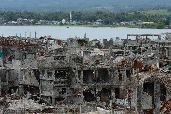 2017年,菲律賓恐怖組織阿布沙耶夫(Abu Sayyaf)以及另一個棉蘭老島恐怖組織馬烏德集團(Maute group)入侵和佔領該國最大的穆斯林城市馬拉維(Marawi),35萬居民被迫逃離他們已經成為廢墟的家園。(TED ALJIBE/AFP/Getty Images)