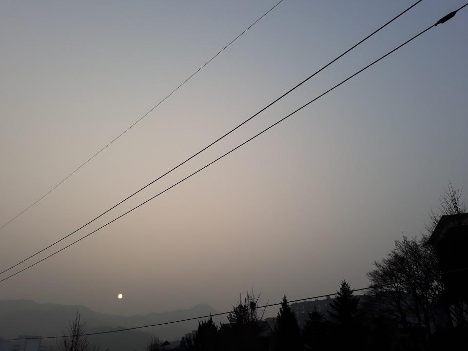 受來自中國的陰霾的影響,南韓1月14日遭遇了南韓陰霾統計史以來最嚴重的陰霾天氣。圖為當天南韓時間上午8點半遠眺首爾北漢山,呈現一片霧濛濛景象。(洪梅/大紀元)