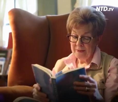 露西亞每天都要認真閱讀這本指導她修煉的寶書——英文版《轉法輪》。(影片截圖)