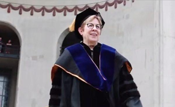 露西亞·唐恩教授(Lucia Dunn)修煉法輪大法已經19年,人生因修煉而豁然開朗。(影片截圖)