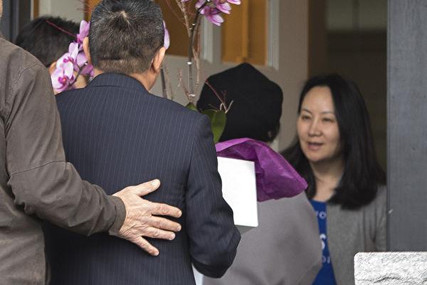 美国将引渡孟晚舟(右),加国驻华大使近日发言为孟支招,稍后被加国总理解职。(JASON REDMOND/AFP/Getty Images)