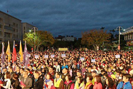 苗栗县民热烈欢庆108年元旦升旗。