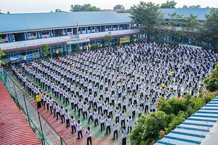 700多名印尼國立巴淡島高中學生及教師集體學煉法輪功。(明慧網)