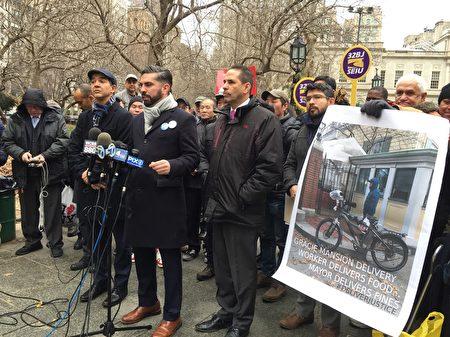 """市议员艾斯宾提出提案,要求市政取消""""电动自行车非法""""规定。"""