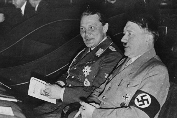 希特拉與戈林,攝於1934年。(Central Press/Getty Images)