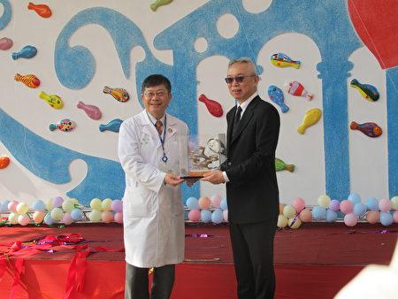 院長黃瑞仁(左)頒贈紀念品感謝林榮三基金會代表,現任聯邦銀行總經理林鴻聯(右)捐贈整修工程。
