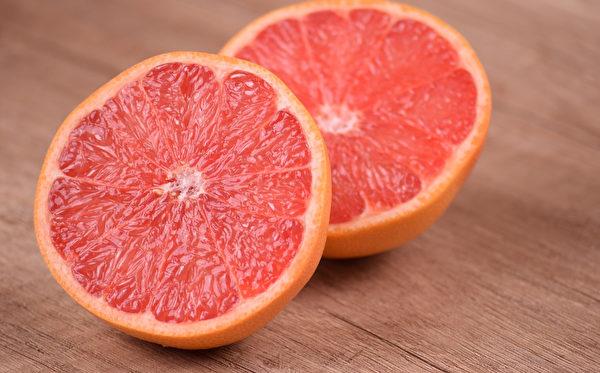 一個葡萄柚所含的膳食纖維約有十公克,可有效預防便祕。
