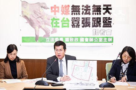 民進黨立委羅致政(中)18日召開記者會表示,香港媒體《大公報》、《文匯報》並未申請駐點,卻能公然在台跟監,簡直無法無天、侵門踏戶,是一種「紅色恐怖」。