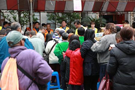 礁溪乡公所发放春节慰问金及物资。