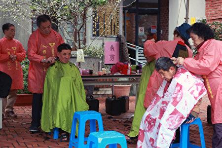 宜兰县理烫发美容业职业工会陈阿荣理事长带领理烫发美容专业的工会成员提供义剪服务。